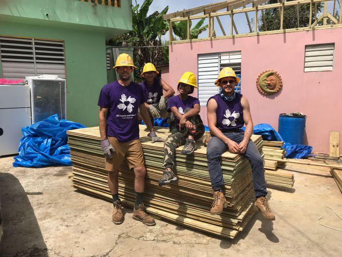 Aaron con voluntarios en la casa